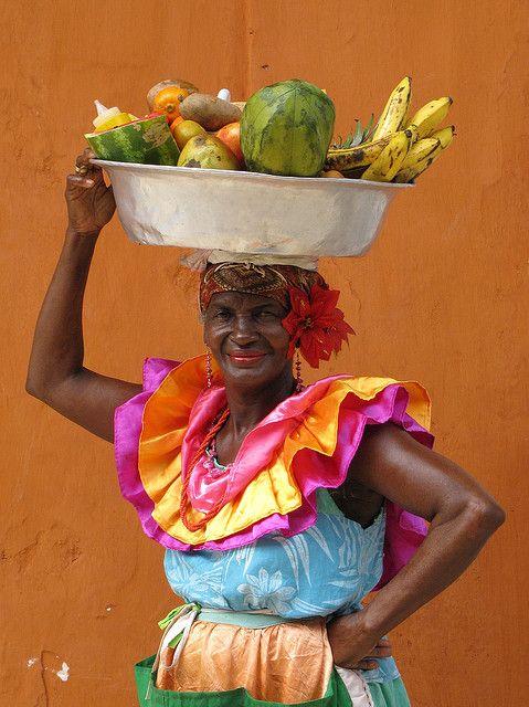 Palenquera. Photograph by Ambiro. 2009. En el centro de la ciudad vieja de Cartagena de Indias, una vendedora de frutas, típica del litoral caribe.