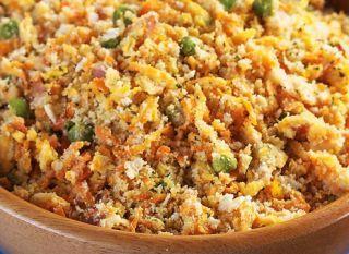 """A <a href=""""http://mdemulher.abril.com.br/culinaria/receitas/receita-de-farofa-legumes-bacon-484618.shtml"""" target=""""_blank"""">farofa com legumes e bacon</a> é uma boa sugestão de acompanhamento para o almoço"""