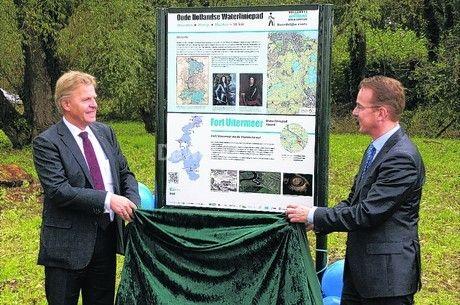 Oude Hollandse Waterliniepad is compleet. De gedeputeerden Bond (Noord-Holland, links) en Krol (Utrecht) onthulden een van de routeborden van het Oude Hollandse Waterliniepad