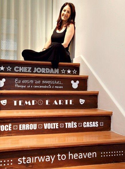 Basta subir dois lances de escada para chegar ao apartamento da empresária Aniela Jordan. Nos degraus, frases divertidas sugeridas por amigos arrancam sorrisos imediatos das visitas. Os textos são adesivos. Projeto do arquiteto Felipe Rio Branco