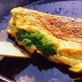 Gesouffleerde omelet met korianderpesto