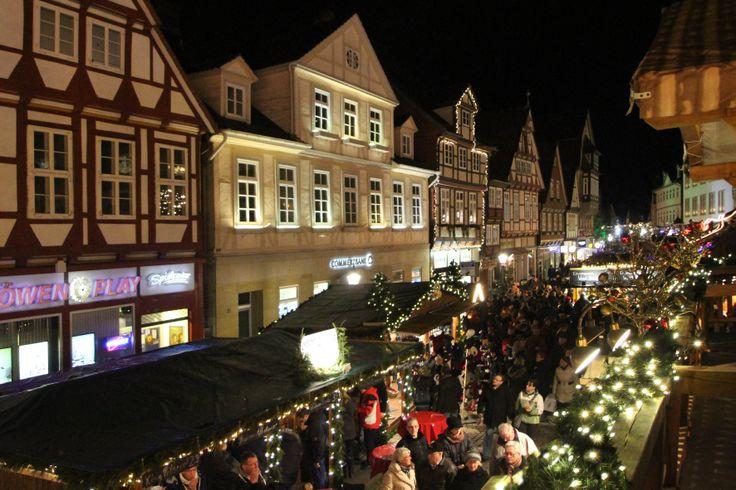 Am Abend füllen sich unsere Straßen. Auch viele von außerhalb besuchen unseren Weihnachtsmarkt.