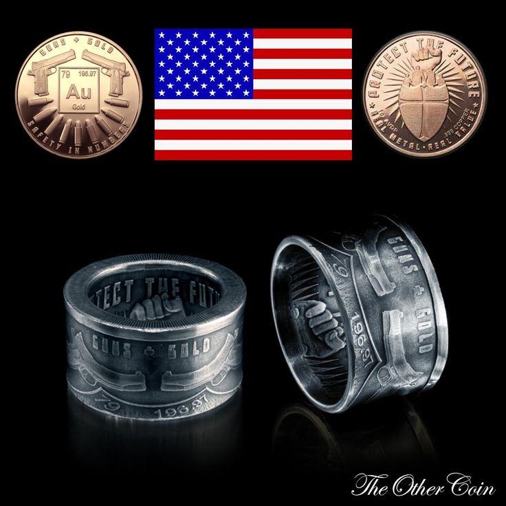 Sehr schwerer und massiver Ring in einer Breite von 15 mm der aus einer ein Unzen Kupfermünze gefertigt worden ist. Der Ring wurde dann in Säure gebeizt 10 Mikron versilbert (Feinsilber 99% und einer Härte von 120 HV), künstlich gealtert und dann wurde der Schriftzug angeschliffen und am Ende maschinell auf Hochglanz poliert.  ----Info---- Material - Материал: .999 kupfer-copper Ring Size - Ring Größe - Размер кольца: DE 60 19.1 mm US 9,1 to DE 7  22.3 mm   US 13 Height - Höhe - высота: ca…