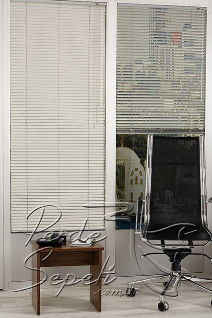 Gri Krem Desenli Alüminyum Jaluzi 25mm Perde - Alüminyum jaluzi perdeleri güneş ışığının içeriye girmesini istediğimiz şekilde ayarlayabiliriz. Genellikle ofislerde ve modern döşenmiş mekanlarda tercih edilse de tüm mekanlar için düşünülebilir. Alüminyum jaluzi perdeler kumaş stor perdelerle yarışırcasına geniş renk seçenekleri sunar. Tavana, duvara ve pencere doğramalarına kolay monte edilir. 16mm ve 25mm olarak temelde iki çeşit olmakla birlikte kendi içinde de düz,mat,parlak, simli, ahşap…