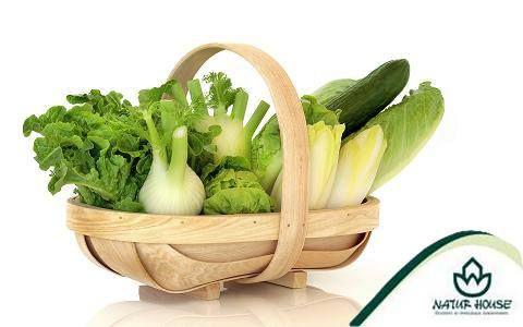 Zielone warzywa i owoce.  Warzywa i owoce koloru zielonego są bogate w witaminę C. Odtruwają organizm, usuwają z niego toksyny. Maja pozytywny wpływ na odporność, wspierają pracę wątroby i poprawiają stan cery. Polecane są kobietom w ciąży, bo zawierają dużo kwasu foliowego. Zazwyczaj można jeść je bez obaw, nawet na diecie, ponieważ są niskokaloryczne. Do tej grupy zaliczane są: sałata, kiwi, szczypiorek, szpinak, brokuły, rzeżucha, szparagi, brukselka, pietruszka.