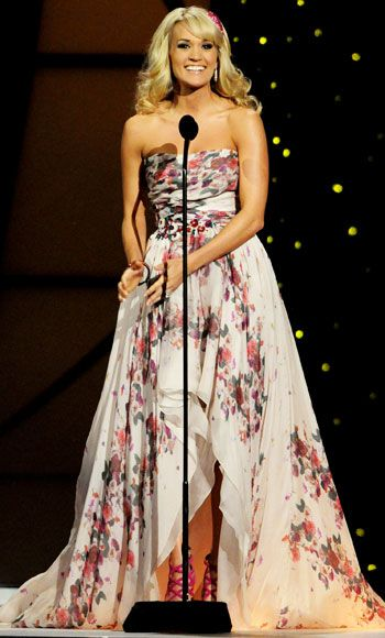 Carrie Underwood at the 2011 CMA awards - love this look.