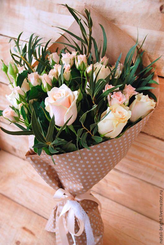 Купить или заказать Букет из цветов живых Легкость в интернет-магазине на Ярмарке Мастеров. Букет из цветов живых Легкость Букет из живых цветов. Букет состоит из кустовых и крупных роз и эвкалипта. Упакован букет в крафт-бумагу перевязан хлопковым кружевом и атласной лентой. Возможен другой цвет роз: красный, розовый, белый, персиковый. ____________________________________ Другие букеты и композиции можно посмотреть здесь - www.livemaster.ru/natali-bright?