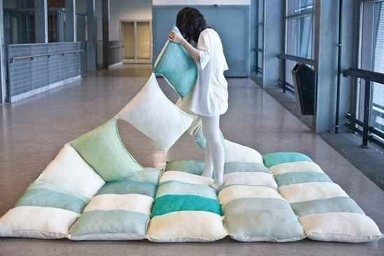Haz un edredón de almohadas genial para una fiesta de pijamas/noche de cine en el jardín trasero.