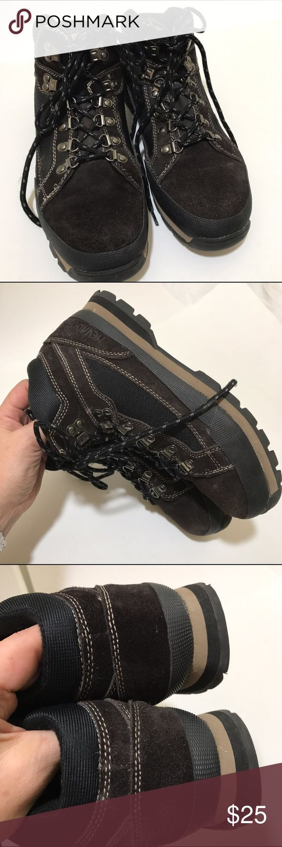 Men's Nevada Hiking Boots Leather and man made upper. Size 7-1/2. These have been worn and have a lite scuff here on there on the leather portion (see front left area). Still in nice shape and with many trails left. Nevados Shoes Boots