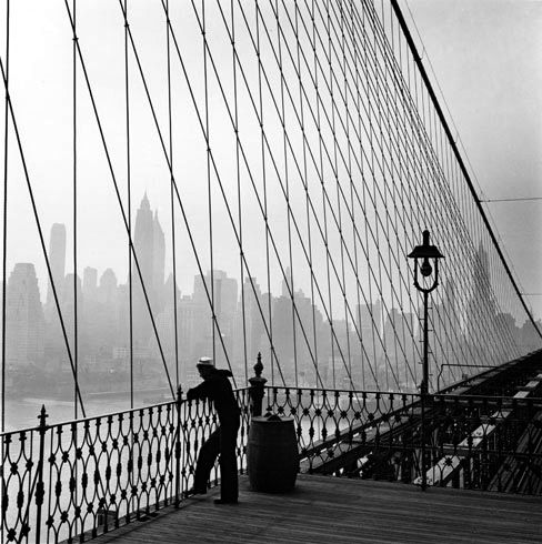 New York, 1950. Photo: Fritz Henle.New York Cities, Art, Brooklyn Bridges, New York City, Fritz Henle, Sailors, Newyork, 1950 Photos, Architecture Bridges
