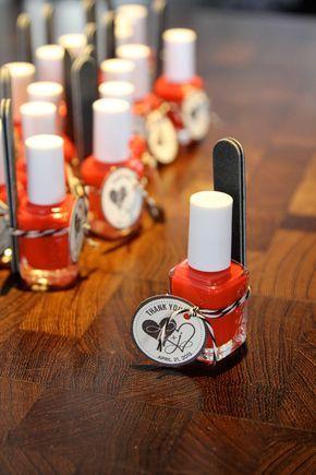 Nupcial ducha favor idea - esmalte de uñas con una pequeña lima de cartón - pregunte a sus damas de honor de llevar el color en su día de la boda.