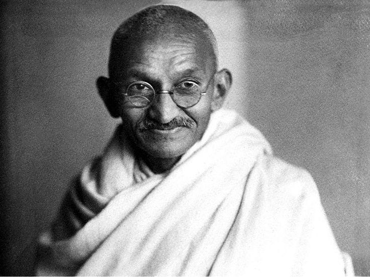 GANDHI (1869-1948) - Avocat de formation, il exerça pendant 20ans en Afrique du Sud puis revint en Inde en 1915 et s'engagea dans la lutte contre la domination britannique. Son attachement aux traditions, sa vie de pauvreté et ses multiples emprisonnements lui valent une grande popularité. À partir de 1930 surtout, il mobilisa les Indiens dans la désobéissance civile et joua un grand rôle dans l'accessibilité à l'indépendance en 1947. Il fut assassiné en 1948 par un fanatique hindou.