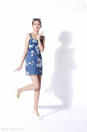 Tampil ala Barbie dengan outfit jeans serta sentuhan print bunga, jadi andalan Moschino pada runway Milan Fashion Week S/S 2015. Dia pasti terpesona :)