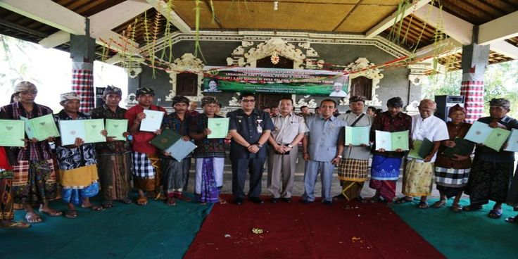 Wakil Bupati Tabanan Komang Gede Sanjaya menyerahkan secara simbolis 2550 bidang hasil kegiatan legalisasi aset Prona,…