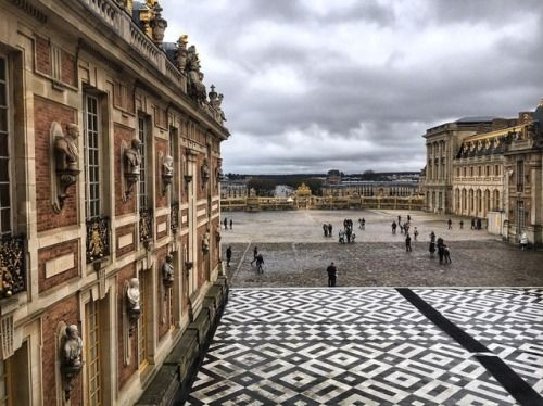 A #view of the #marblecourtyard from the #king's #royal #bedroom a #rainy #morning at #Versailles (at Château de Versailles)
