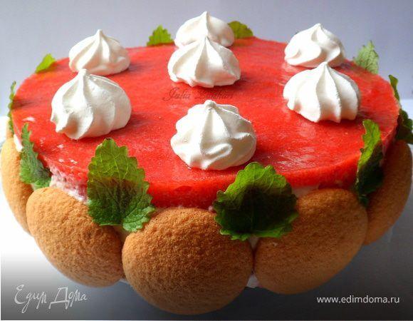 Легкий торт из печенья, творожно-сливочного крема, клубники, клубничного мусса и безе. Ингредиенты: клубника, творог, сливки