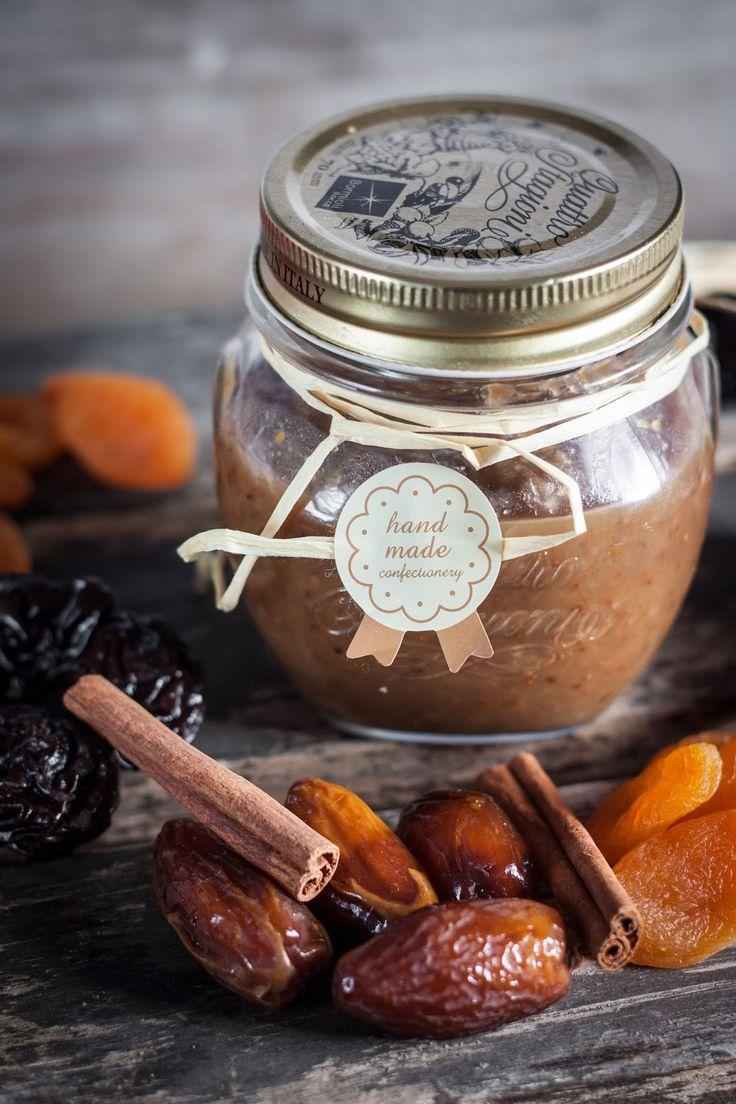 Confiture de Noël | Les jus et zestes d'une orange non traitée - le jus d'un citron - 1 étoile d'anis - 1 bâton de cannelle - 3 marrons glacés - 100 g de figues séchées - 50 g d'abricots secs - 25 g de dattes dénoyautées - 25 g de pruneaux dénoyautés - 25 g de raisins de Corinthe - 30 g de cerneaux de noix - 150 g de sucre semoule - 3 c. à soupe de crème de marrons - 3 pincées de quatre-épices - 300 g d'eau - 30 g de Cointreau ou Grand Marnier (facultatif)