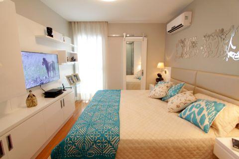 """O casal queria um quarto bem """"clean"""", e a arquiteta Lorrayne Zucolotto foi contratada para atender seus pedidos. A cabeceira da cama foi estofada com tecido na cor fendi e foi posicionada logo acima da altura do colchão da cama."""