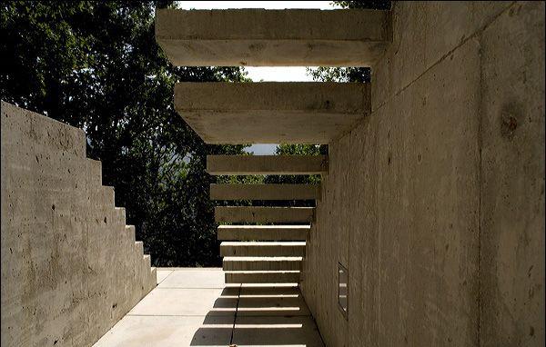 Tolo House / Alvaro Leite Siza | concrete stairs outside (© FG+SG – Fernando Guerra, Sergio Guerra)