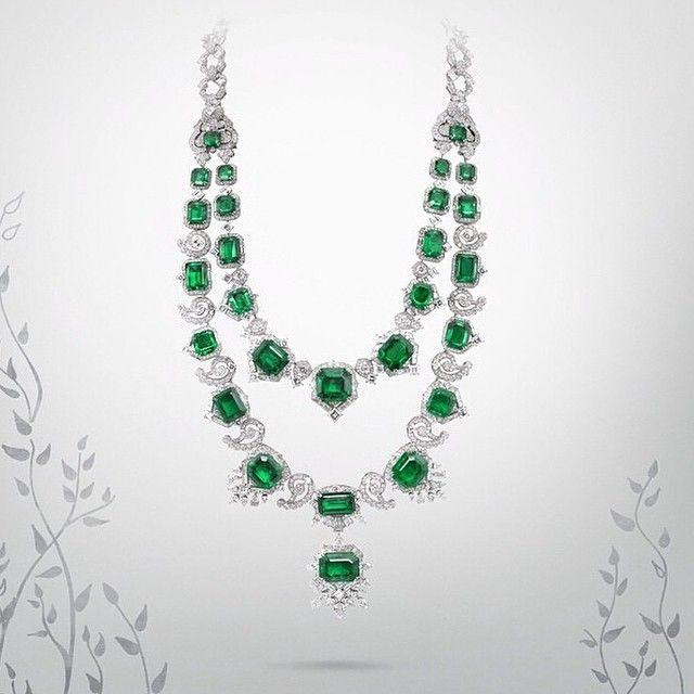 Your Daily Dose  of Bienale des Antiquaires... V for Van Cleef & Arpels. This emerald necklace is not only beatiful but magical as well. It can be worn in 5 different ways🍀🍀Antika Bienal'inden Günlük  Dozunuz... Van Cleef & Arpels'ın V'si. Bu zümrüt kolye sadece çok güzel değil aynı zamanda sihirli. 5 ayrı şekilde takılabiliyor🍀🍀🍀