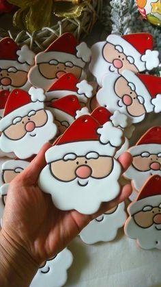 ceramica come mestiere: Allegre facce di Babbo Natale, biscotto pan di zenzero e pupazzo di neve, come decorazione per l'albero di Natale o per la casa.