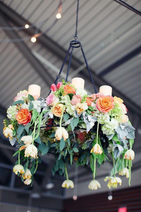 Decoração suspensa com guirlandas.  As guirlandas ou coroa de flores são sempre maravilhosas! É o tipo de coisa que só ela já dá todo o contraste que um corredor para noiva passar ou um salão de festas precisam. Você pode usar em vár…