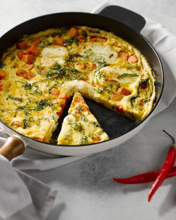 Een lekker vegetarisch omelet voor de herfst met pompoen en halloumi, een witte kaas uit Cyprus. De chili geeft een extra pittige toets aan de eieren.