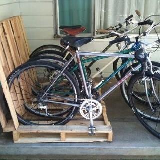 Recyclons les vieilles palettes de bois en rack à bibyclettes!