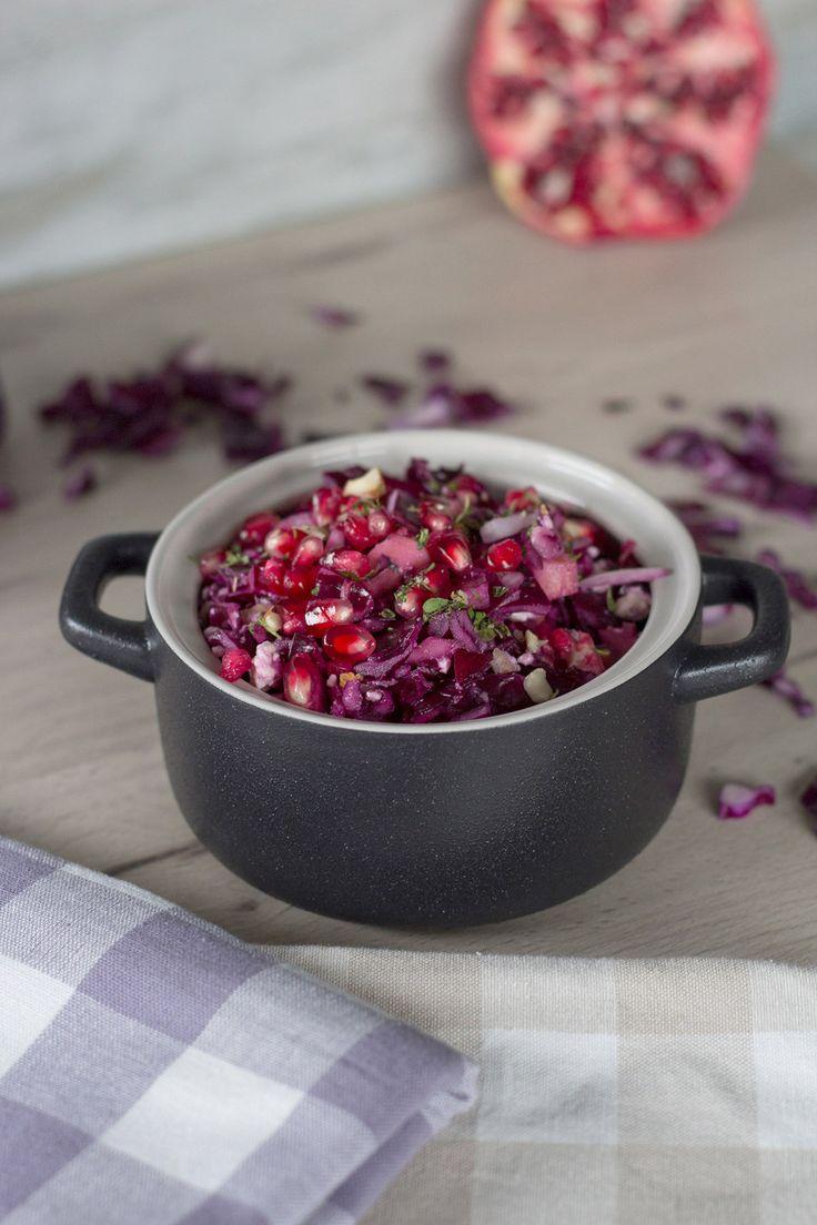 Rezept Rotkohlsalat mit Granatapfel, Feta & gehackten Pistazien