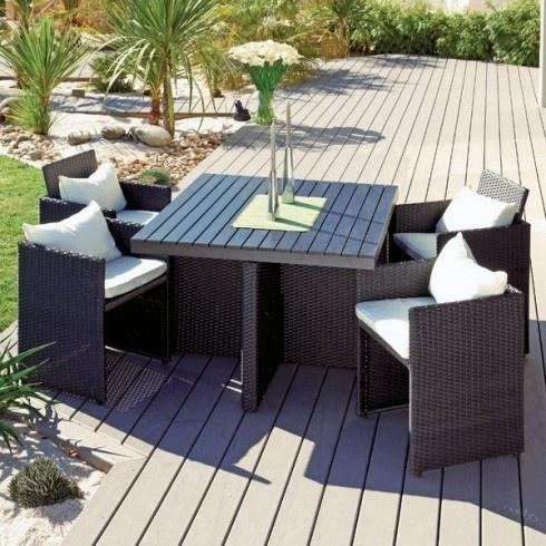 El gant et pratique ce salon de jardin encastrable for Petite table de jardin en resine tressee