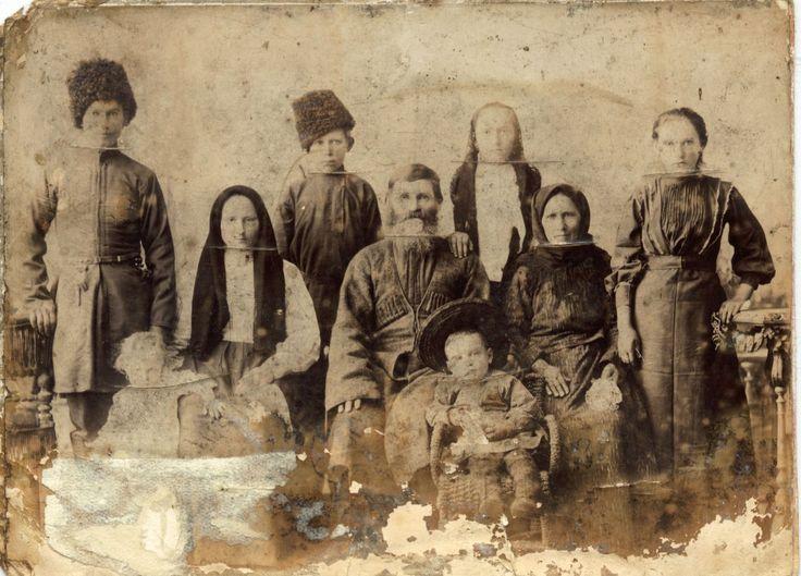 Семья Леоновыхъ. В центре сидит дедъ Семенъ.(воевал еще в Турецкую войну)  За нимъ стоитъ дочь Евдокия Семеновна, въ замужестве Скокова.