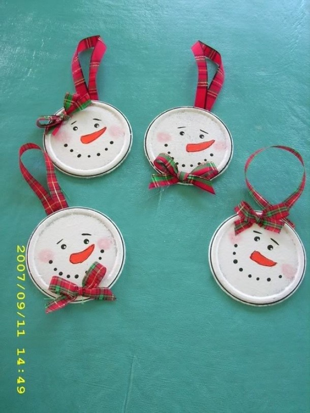 Winter knutselen | Sneeuwpophoofdjes voor in de kerstboom van een oude deksel Door sassss4