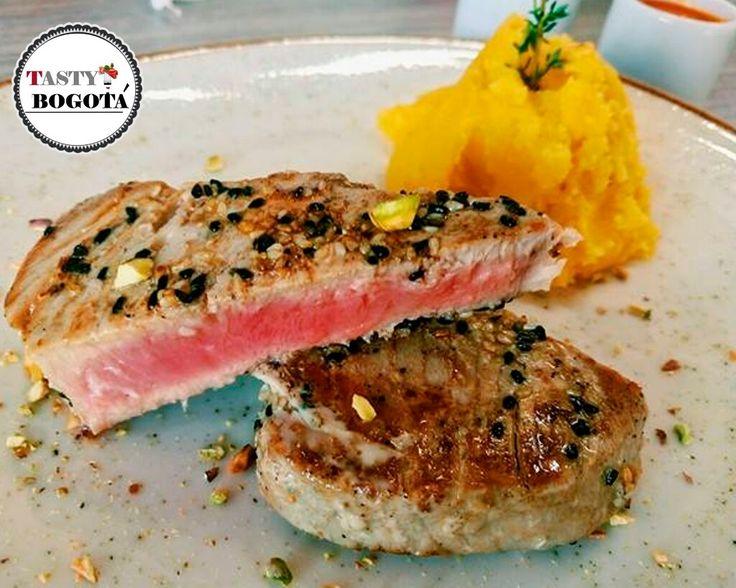 Celestina: tuna encostrada en ajonjolí y puré de papa criolla