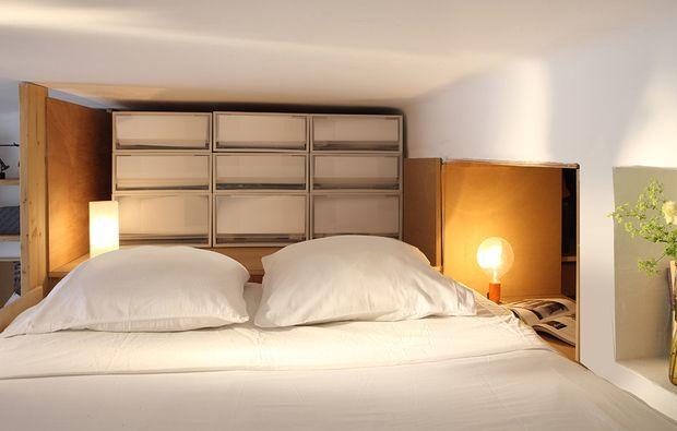 4/10  La testiera perfetta per il letto sul soppalco è 'attrezzata' con contenitori. Qui sono i cassetti in plastica di Muji. Leggeri, comodissimi, creano un disegno grafico che ricorda le pareti di carta giapponesi.