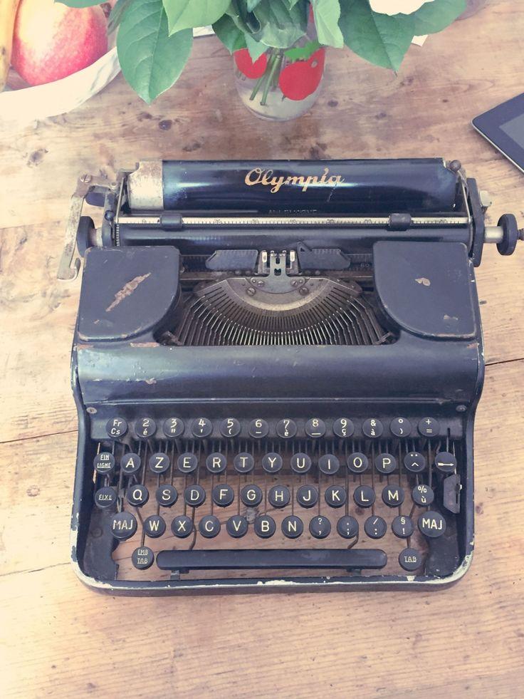 54 best machine crire images on pinterest vintage typewriters typewriters and antique. Black Bedroom Furniture Sets. Home Design Ideas