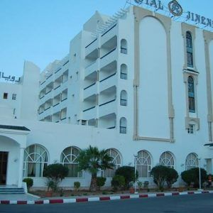 Отель Jinene Resort предлагает прямой доступ к собственному частному пляжу, который находится всего в 100 метрах. Отеле Jinene Resort находится в окружении прекрасных садов, состоит из двух корпусов и располагает 223 номерами, среди которых есть семейные номера и свиты.