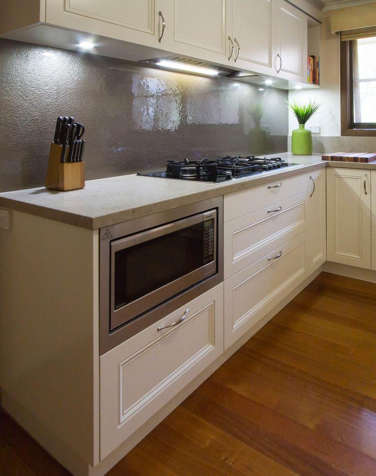 Traditional kitchen with built in microwave and slump glass splashback. www.thekitchendesigncentre.com.au @thekitchen_designcentre