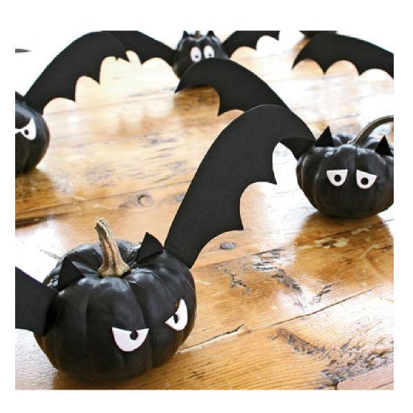Citrouille chauve-souris  http://www.homelisty.com/decoration-halloween-2015-49-idees-deco-terrifiantes/    #décoration #halloween