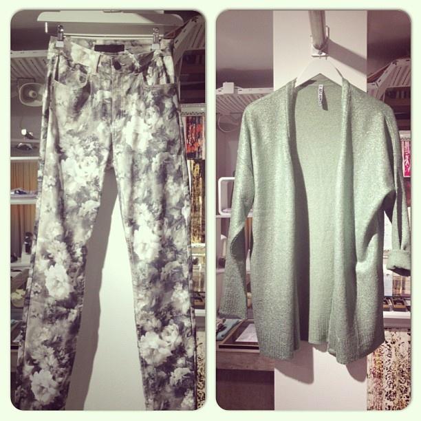 Fin bukse med blomster og metallisk jakke fra just female  #different #stavanger #justfemale #flowerpattern#blomster#mønster#bukse#jakke#metallic#vårmote #spring #fashion #musthave - @differentstavanger- #webstagram