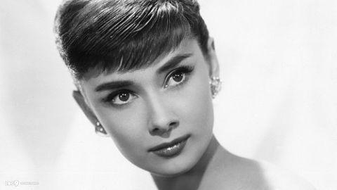 """""""L'eleganza è la sola bellezza che non sfiorisce mai - Elegance is the only beauty that never fades"""". Le frasi e citazioni più belle di Audrey Hepburn."""