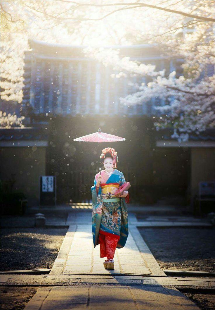 Spring Memories /// Gion Street, Kyoto ▼ Photographer: © Woosra Kim Web: www.500px.com/woosra /// Japan A&A Editor: Sté Fnos / Stoikos Studio
