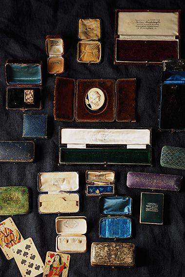 シックなカラーパレット ジュエリーケース-antique jewelry case 別珍やサテン生地が擦れ褪色してこっくり、、深味のある色、今も続く-カフスボタン、リング、ネックレスにブレスレットと多岐に渡るジュエリーを納めた箱たち。ラグジュアリーな対象を仕舞う外装である其れ等もなるほど、釣り合いの取れた流石な造りのお品が多い。イギリスの宝石店の地名が入ったもの然り、蓋を開けたりとディスプレイを楽しみたい。