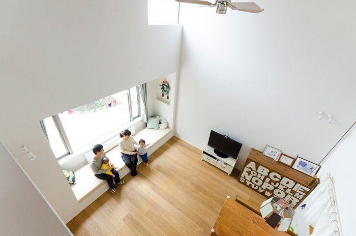 2階から吹き抜け空間を見下ろす。床から天井まで4.8mあり、ゆったりとした開放感のある空間になっている。