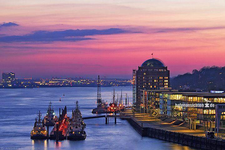 Blick nach Sonnenuntergang auf die Elbe in Hamburg stromabwärts auf die Schlepperstation Neumühlen mit der Seniorenresidenz Augustinum.