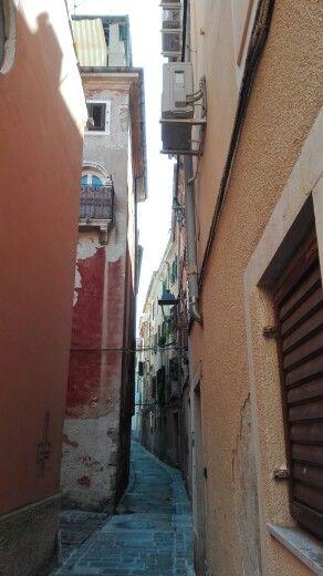 Leuke smalle straatjes in Piran Slovenië