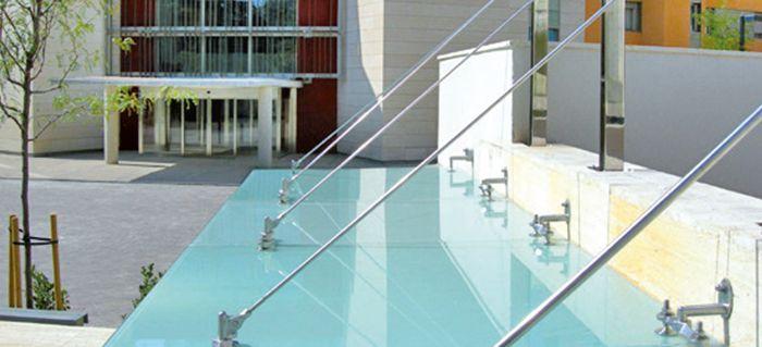 Egy üveg előtetővel exkluzív hatást kelthet bármilyen épületnek! Akár otthonának, akár bármilyen intézmények kiváló választás lehet egy minőségi és megbízható üveg előtető! http://uvegkate.hu/uveg-el-tet.html