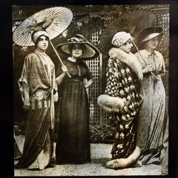 Leçon d'élégance dans  le Jardin de l'hôtel d'Antin modèles de Poiret (1910) Photo Henri MANUEL