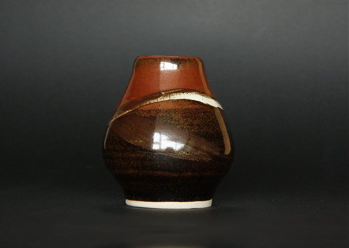This beautiful vase, made by the upcoming artist-potter Françoise Stoop, is wonderfully made, and contains beautiful colors. It is simple, but beautiful and inspires me a lot. It reminds me of the potter Lucie Rie. It has a fine elegant shape, and is absolutely stunning. #pottery #Francoise Stoop. #vases and pots Her website: http://fstoop.nl/kommetjes.html