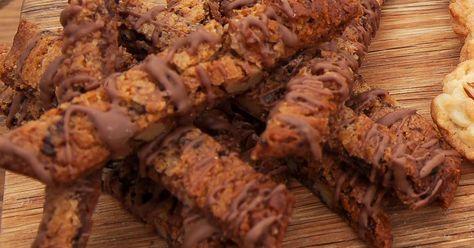 Underbara småkakor med hackad choklad, valnötter och smält nougat.
