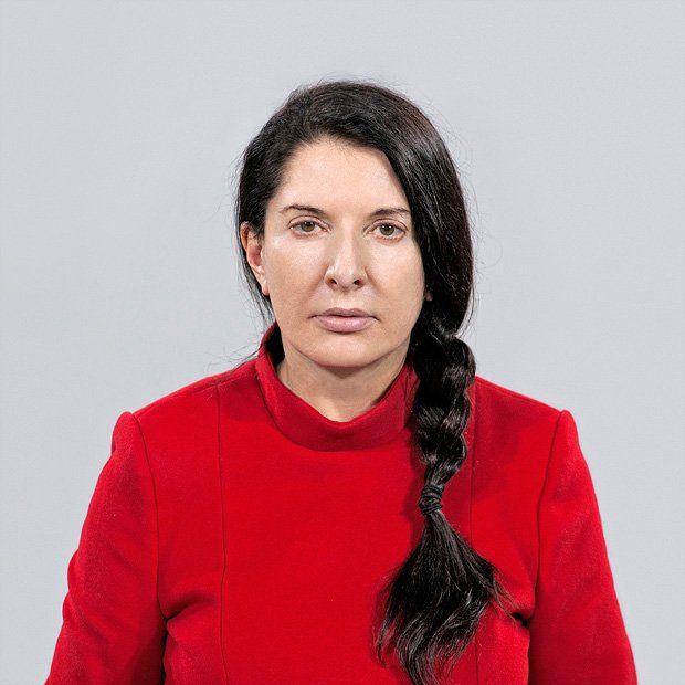 Keine andere Frau hat die Performancekunst so radikalisiert und kommerzialisiert wie Marina Abramović. Ein Bildband zeigt ihr Lebenswerk und ihre vielen Gesichter.